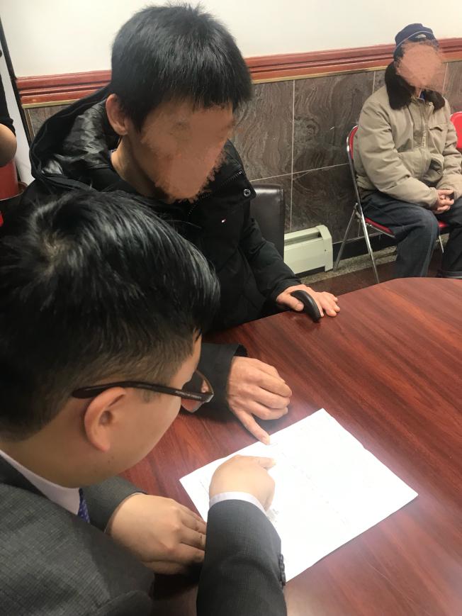 曾先生向律师展示信用公司出具的纪录。(记者张晨/摄影)