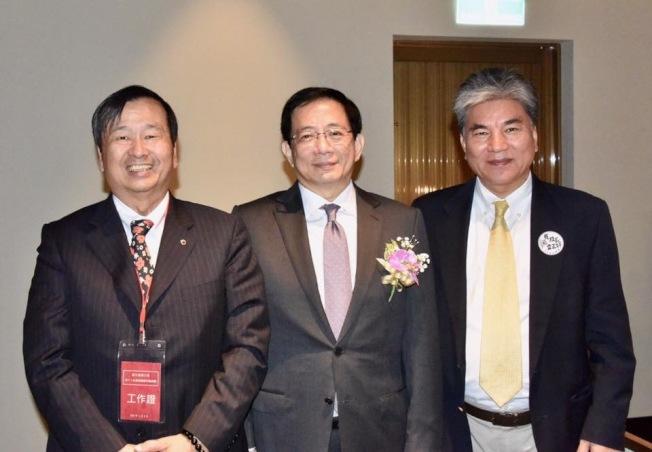 加州台灣同鄉聯誼會會長張琅超(左)、台大校長管中閔(中)與曾任內政部部長的台大土木工程系教授李鴻源(右),是大華中學同班同學,三人同學情誼逾50年。(張琅超臉書)
