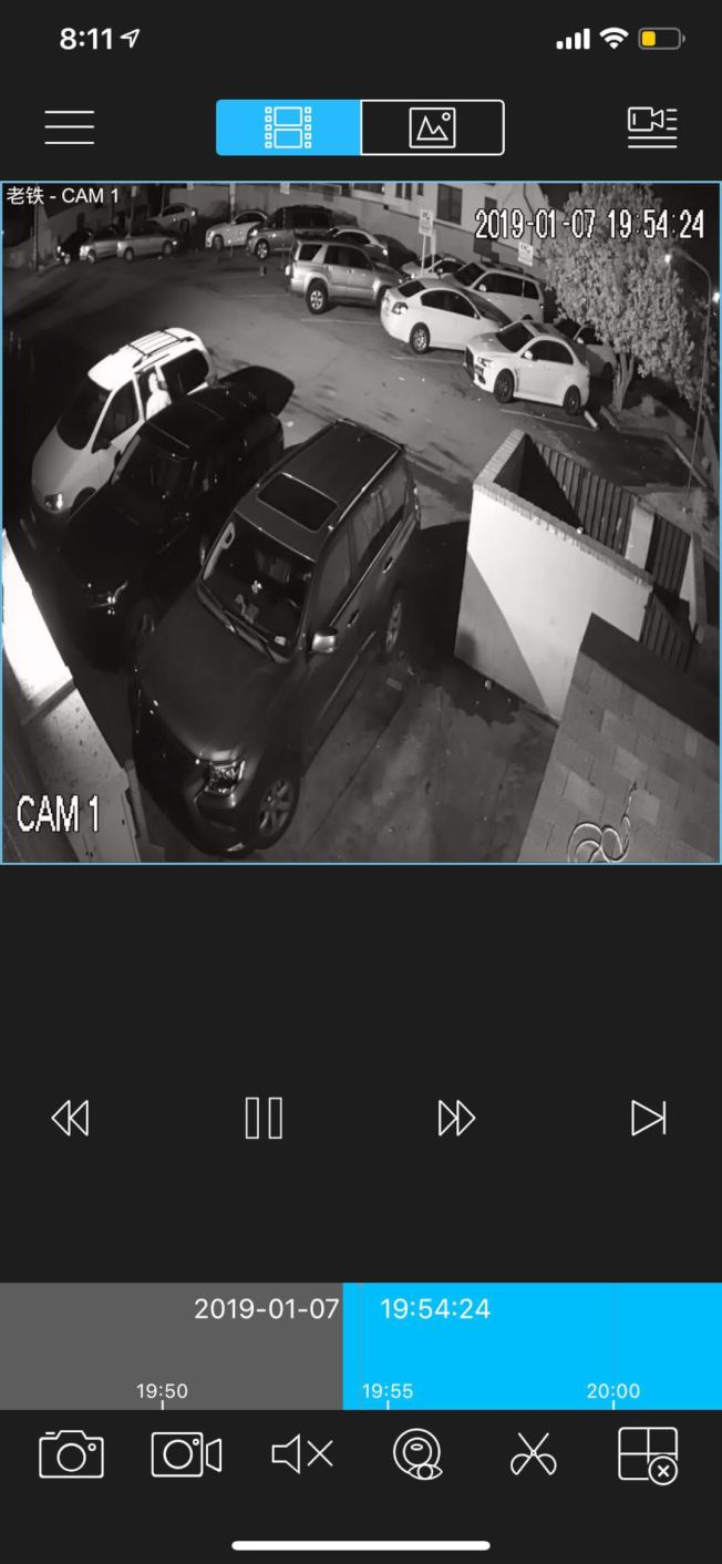 監控錄像拍下竊賊正在開車門嘗試偷走財物。(唐先生提供)