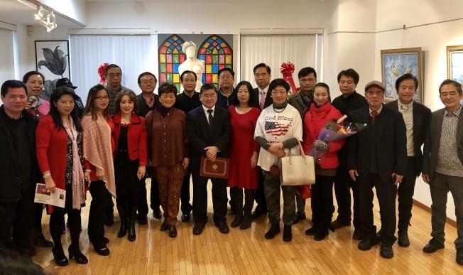 眾多嘉賓出席劉比華(後排左四)「流彩生輝」畫展。(記者朱蕾/攝影)
