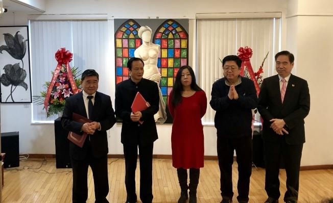 市議員顧雅明(左一)等感謝劉比華(左二)為豐富社區藝術文化作出貢獻。(記者朱蕾/攝影)