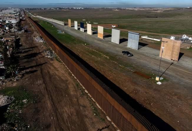 川普提議興建邊牆,在提璜納附近的美墨邊境展示不同形式的邊牆。(Getty Images)