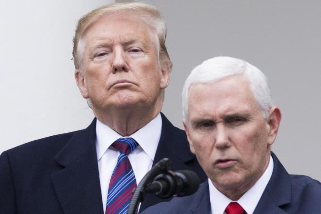 副總統潘斯(前)替川普總統緩頰,說川普有「印象」認為在世的前總統都私下支持建邊牆。(歐新社)