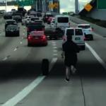 高速路輪胎飛出 駕駛下車狂追
