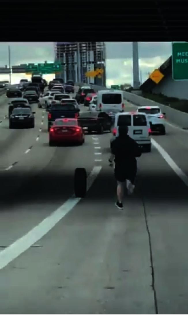 男子在高速路上追輪胎。(取自推特用戶Rafael Sanchez)