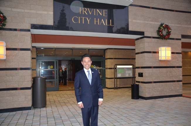 爾灣首位華裔市議員郭正明第一次參加市議會。(記者王全秀子/攝影)
