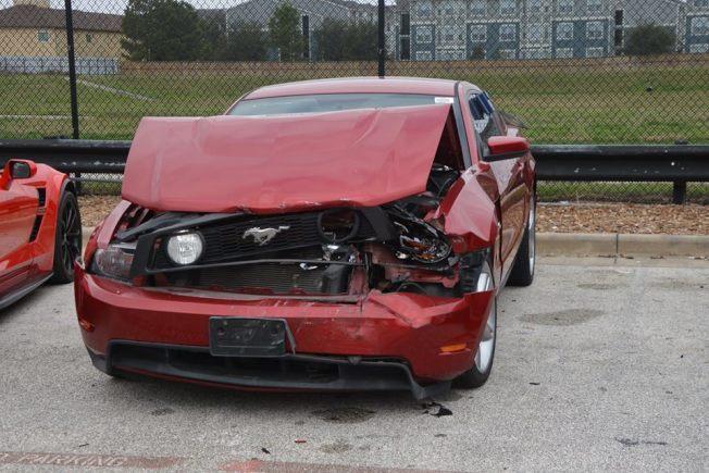 二手車行Carmax停車場內被撞毀的車。(取自哈瑞斯縣警局第四分局馬克赫曼警員臉書頁面)