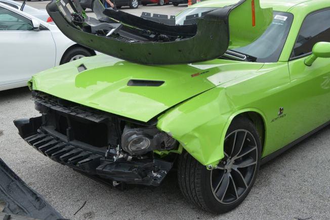二手車行Carmax停車場內被撞毀的車。(取自哈瑞斯縣警局第四分局的馬克赫曼警員臉書頁面)