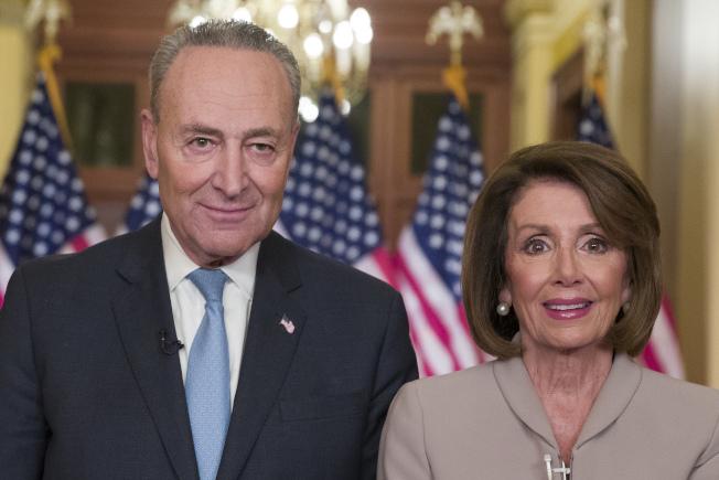聯邦眾議院議長波洛西(右)與參議院少數黨領袖舒默在國會發表聲明反擊川普。(美聯社)