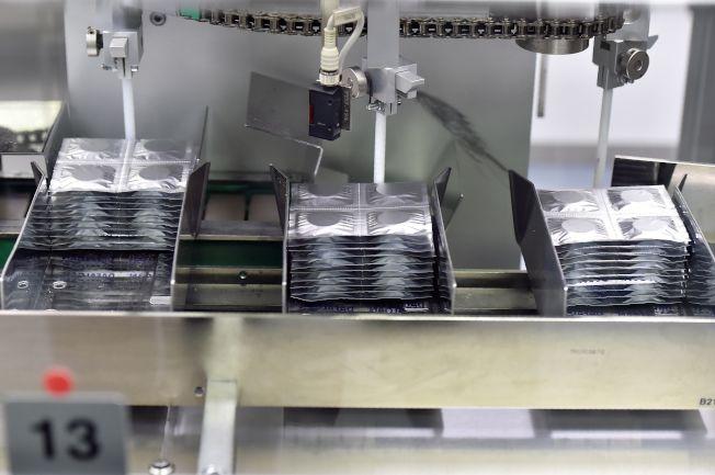 美國醫療健保業投入300億元做廣告,圖為必治妥施貴寶藥廠的藥品生產線。(Getty Images)