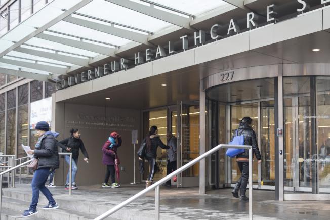 紐約市長白思豪(右中)推出全民健保,納入紐約市的60萬低收入和無證移民。圖為紐約市的高雲尼醫院。(美聯社)