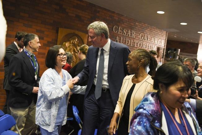 紐約市長白思豪8日在曼哈頓上城醫院內宣布今年夏天啟動「紐約關懷」(NYC Care)計畫。(取自推特)