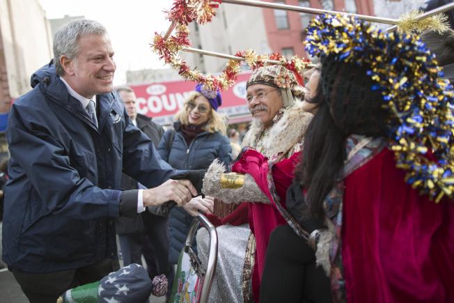 紐約市長白思豪(左)推全民健保,納入紐約市的60萬低收入和無證移民。圖為白思豪上周在東哈林地段參加遊行。(美聯社)