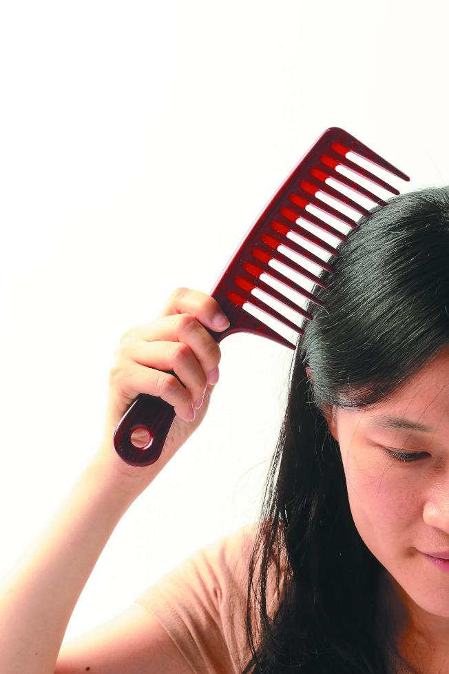 若發現掉髮量明顯提升,可先調整自己的生活型態。(本報資料照片)