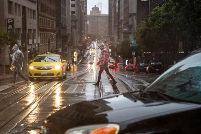 38--下雨天仍未結束,舊金山周三有雨,本周五另一場風雨又會到來。(電視新聞截圖)