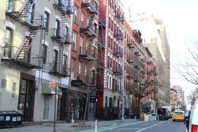 東村的住宅主要是20世紀早期建造的低矮公寓和聯排別墅。(記者張筠/攝影)
