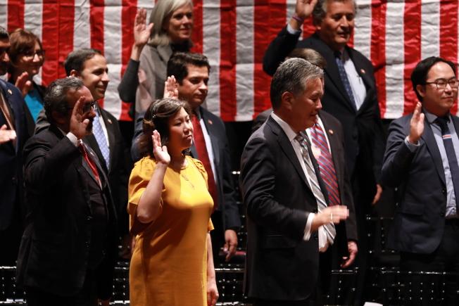 國會亞太裔黨團小組成員在國會山莊宣誓就職,紐約州華裔眾議員孟昭文(前左二)等20位亞太裔議員宣誓。(記者羅曉媛/攝影)