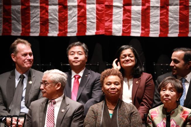 國會亞太裔黨團小組成員在國會山莊宣誓就職,加州華裔眾議員劉雲平(後左二)等議員宣誓就職。(記者羅曉媛/攝影)