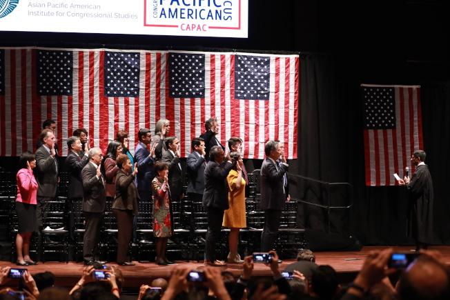國會亞太裔黨團小組成員在國會山莊宣誓就職。(記者羅曉媛/攝影)