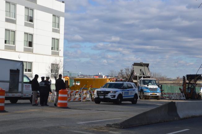 9日多個市府部門仍在北方大道112-51號附近進行調查。(記者牟蘭/攝影)