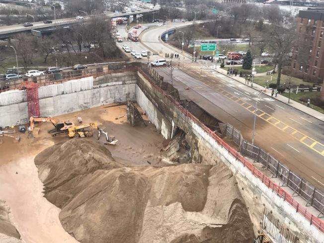 本月4日北方大道交114街附近路段突然坍塌。(取自FDNY推特)