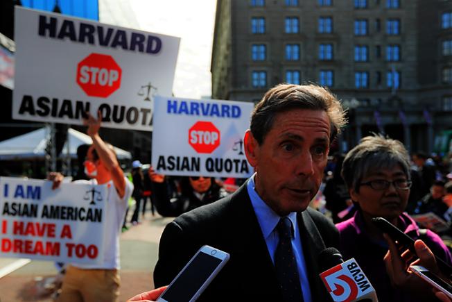學生公平錄取組織(SFFA)主席 Edward Blum 去年10月中控告哈佛案庭審前,出席聲援集會,接受採訪。(路透社)