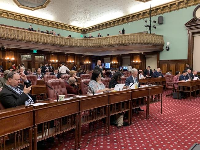 紐約市議會9日召開全體會議,備受華人小商家關注的「招牌法案」獲得全會通過。(記者和釗宇/攝影)