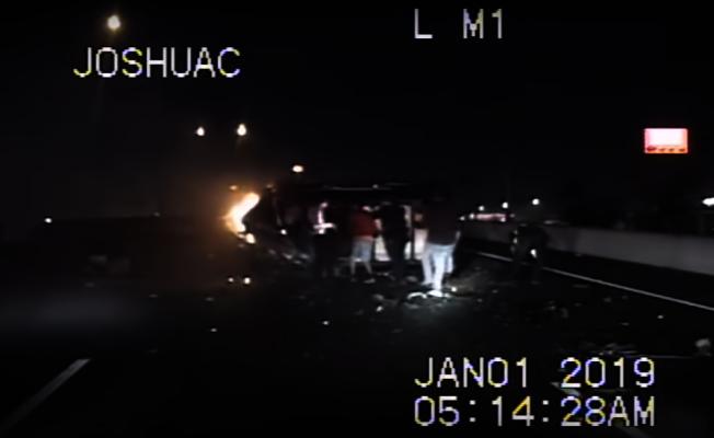 358號公路日前發生一起因逆向駕駛而導致的嚴重車禍,多名駕駛見狀後隨即停車,不顧危險,眾人齊心協力徒手將起火、翻覆車輛扶正,順利在火勢蔓延整輛車前將老翁救出。(翻攝自YouTube畫面)