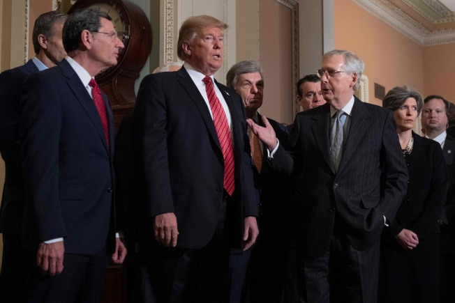 川普总统赴国会与共和党国会议员午餐,右三为参院多数党领袖麦康诺。(Getty Images)
