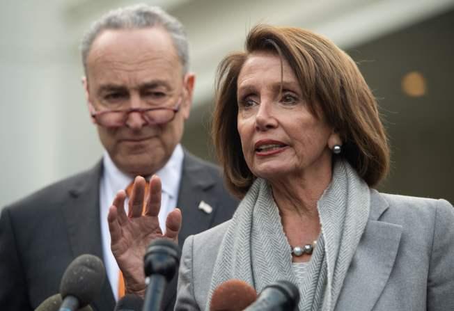 代表民主党进入白宫协商的众院议长波洛西(右)与参院少数党领袖舒默,在白宫外重申民主党立场。(Getty Images)