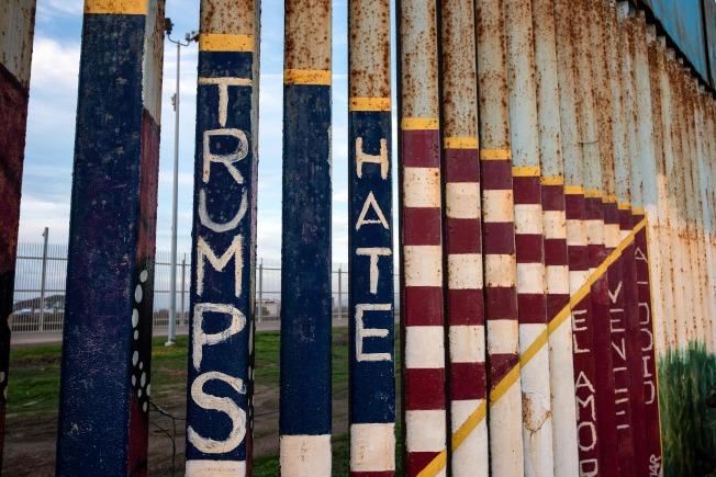 紐時實地採訪,結果顯示邊界民眾大多反對築牆。圖為美墨邊界的鐵欄杆上噴著「痛恨川普」字樣。(Getty Images)