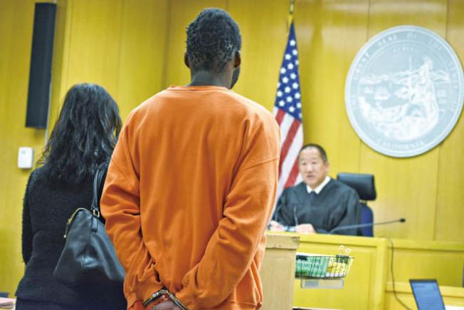 基德(中)由韓裔公辯律師為他辯護,主審法官黃正凱(右)撤回其申請保釋權利,下令收押候審。(記者李秀蘭/攝影)