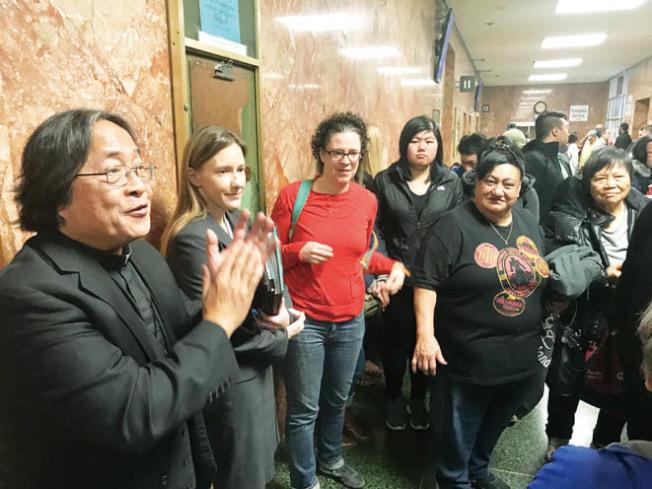 華協中心行政主任方小龍(左一)組織住客及華人社區到法庭旁聽,他樂見初步勝利,阻止被告保釋。該案檢察官佛羅特斯(左二)解釋案情。(記者李秀蘭/攝影)