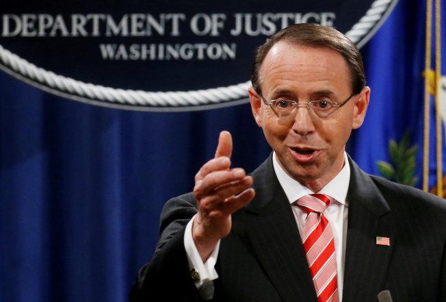一旦新任司法部長獲得參院認可,負責監督通俄案調查的司法部副部長羅森斯坦將離職。圖為羅斯斯坦去年宣布大陪審團起訴12名俄羅斯情報官員。(路透)