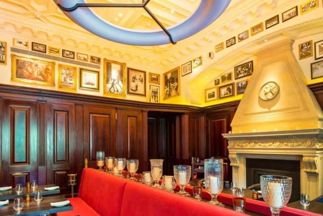 The Clocktower餐廳24K純金打造的酒吧檯。(取自官網)