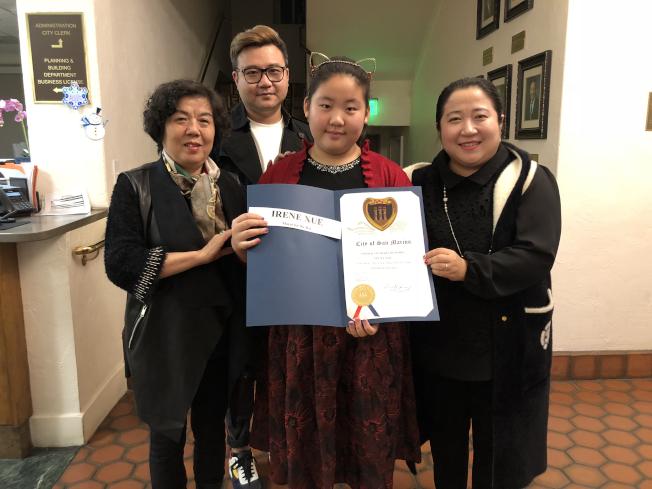 11歲的薛易天在家人陪伴下出任「一日市長」。(記者李雪/攝影)
