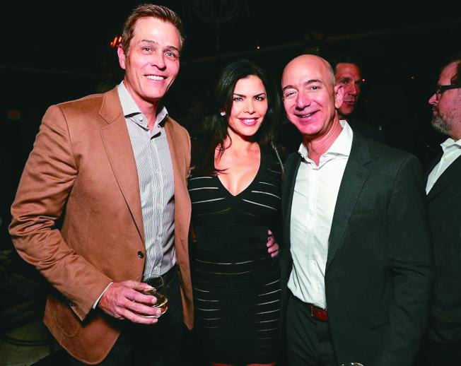 桑切斯(中)2016年偕夫婿懷特瑟爾(左)和貝佐斯出席洛杉磯節日派對。(Getty Image)
