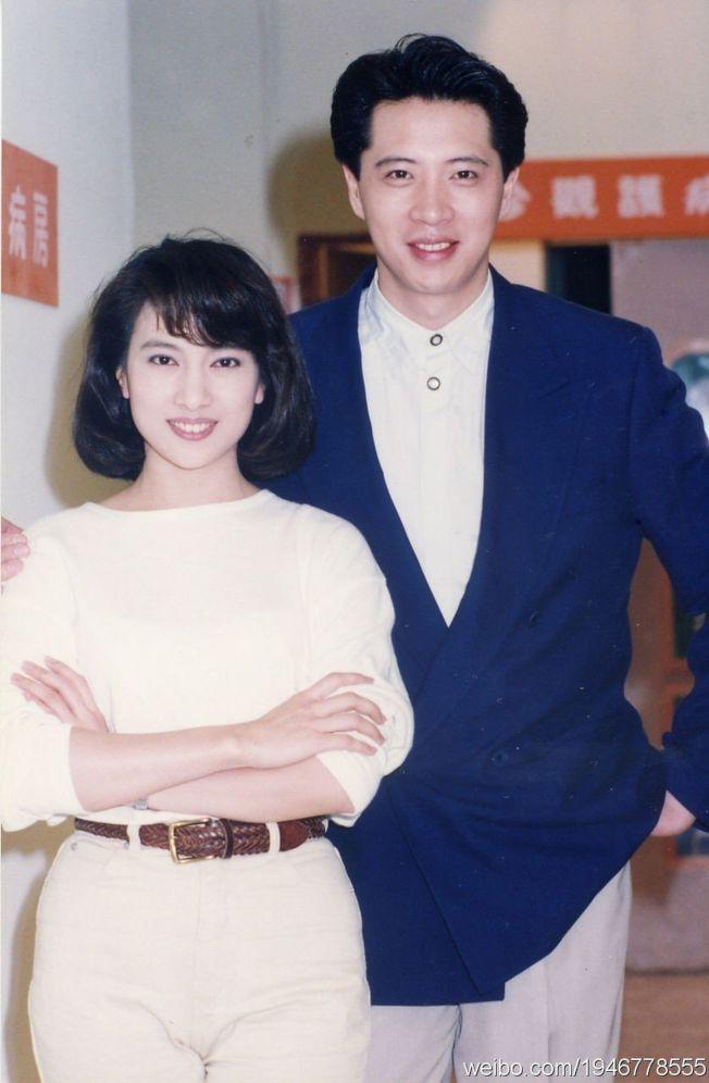 林以真(左)當年和歐陽龍一起演戲。(取材自微博)