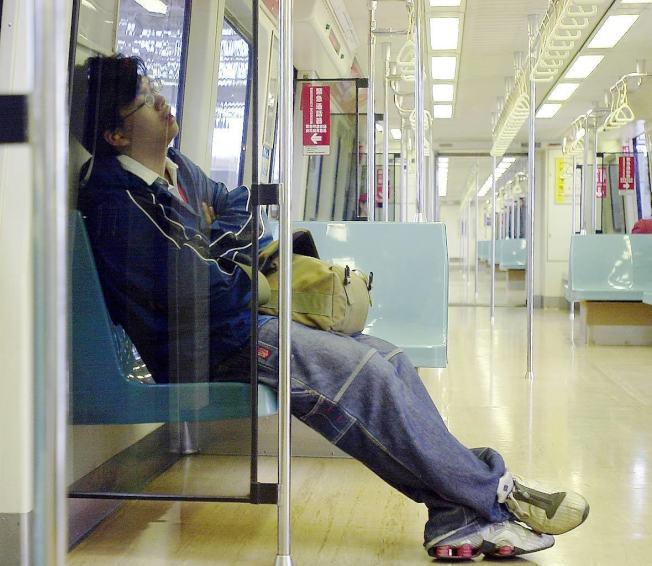 工作了一天好累,趁搭捷運和公車的時候來補眠?24位醫生證實,在回家的公車或捷運上睡覺,根本沒有效,而且有害。本報資料照片
