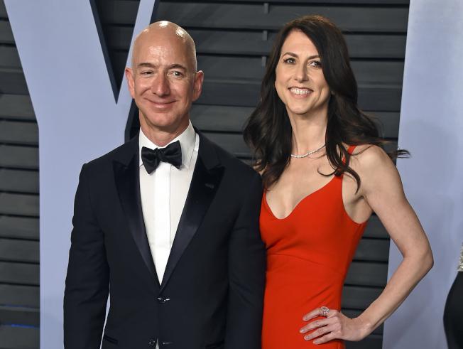貝佐斯夫婦去年3月連袂出席奧斯卡頒獎典禮慶功宴。美聯社