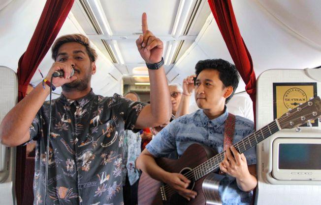 圖為印尼航空首場空中不插電音樂會昨天在雅加達到峇里島的航班上,由2名音樂家演出。Getty Images