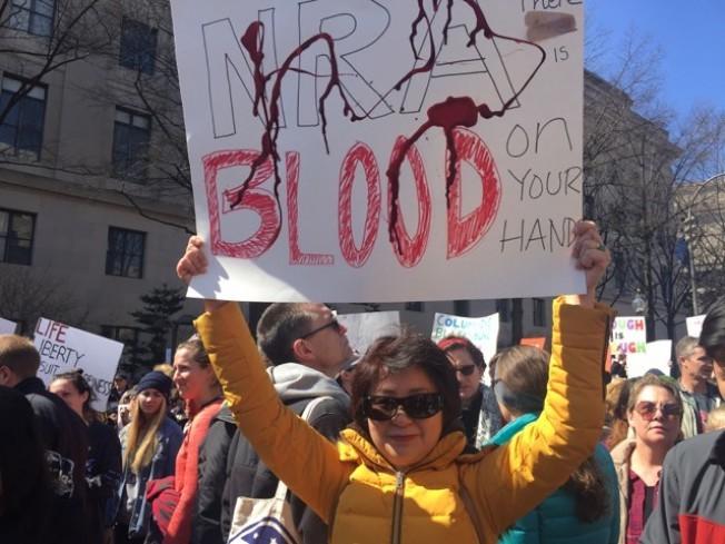 此前的反槍枝暴力遊行有很多華裔參加。(本報檔案照)
