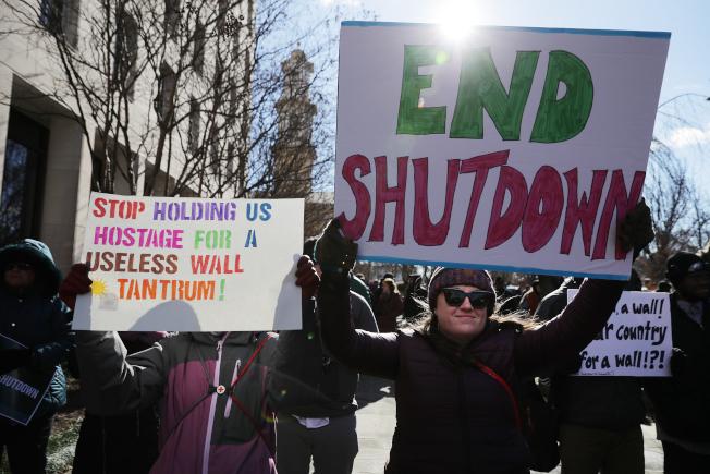 聯邦政府局部停擺,工會組織聯邦員工及商家代表到白宮、國會前抗議。(Getty Images)