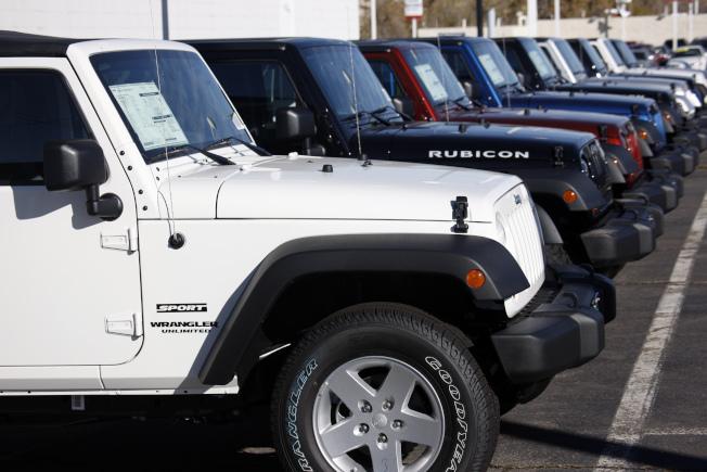 飛雅特克萊斯勒汽車公司因車輛廢氣排放檢驗時作假,已超過3億元和聯邦司法部和解。圖為該公司生產的吉普多功能車。(美聯社)
