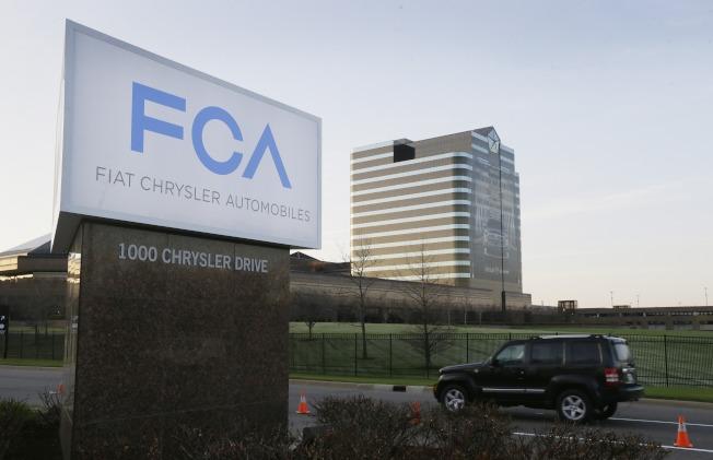飛雅特克萊斯勒汽車公司因車輛廢氣排放檢驗時作假,已超過3億元和聯邦司法部和解。圖為一輛多功能車從該公司位於密西根州的總部前經過。(美聯社)