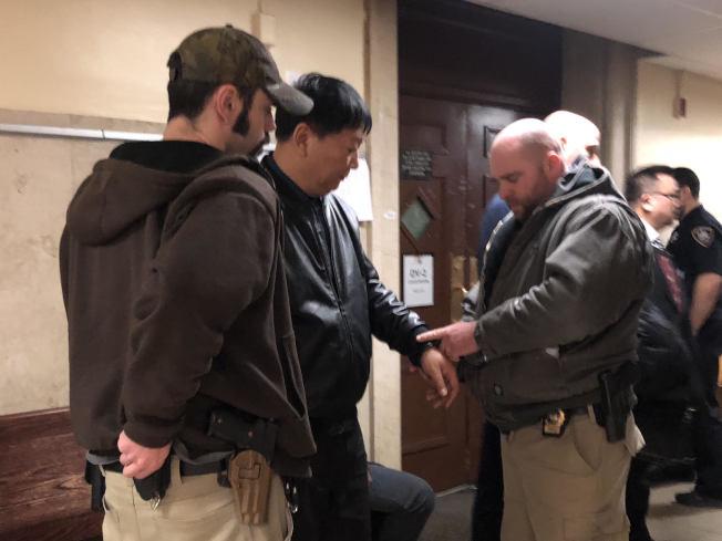 王四軍(中)日前在布碌崙刑事法院上庭後遭曼哈頓警方逮捕。(讀者提供)