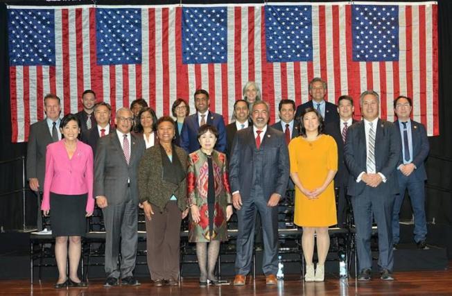 116屆國會亞太裔黨團首次宣誓儀式,趙美心(前排左一)指出20位成員創歷史紀錄。(趙美心辦公室提供)