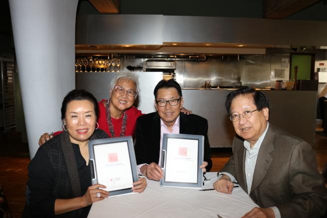梅國璋(右一)、梅琳達(左一)與華美博物館之友會前會長李占士(右二)、現任會長阮桂銘(左二)簽署捐款協議。(華美博物館之友會提供)