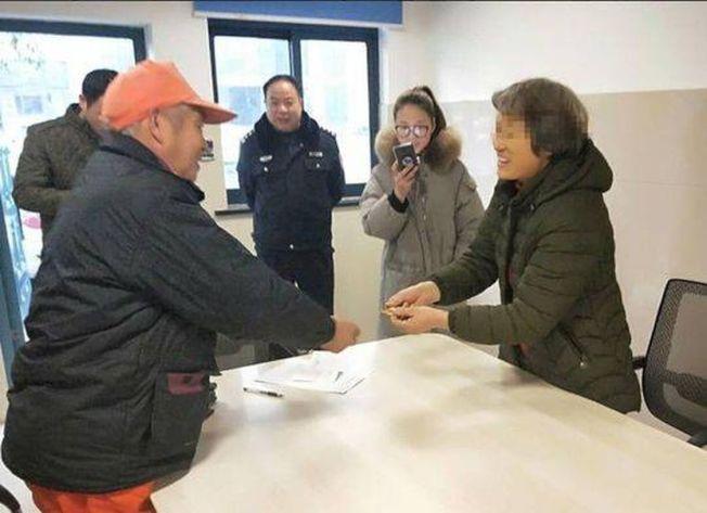 杭州68歲的清潔員高文虎,日前撿到一只價值8800元的金鐲,透過警方尋獲失主楊大媽。(取材自杭州日報)