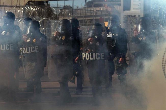 川普總統赴德州視察南部邊牆,南加州聖西德羅入境口岸也舉行「運作準備演習」,邊境巡邏隊一面施放煙霧,同時全副武裝準備應付假想會湧進美國的成群難民。(Getty Images)
